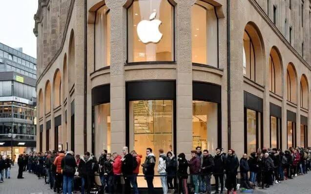 Enormes fila na porta da loja da Apple