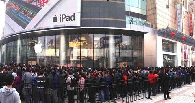 Fila enorme na porta da loja da Apple
